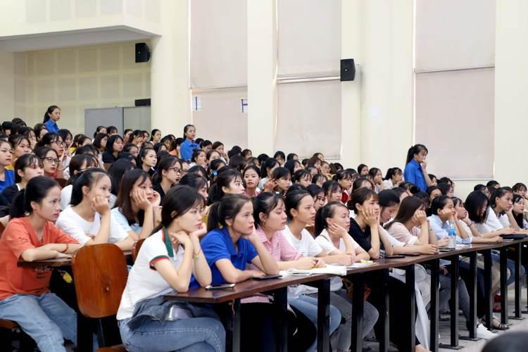 thí sinh tập trung dự thi môn năng khiếu trường cao đẳng sư phạm trung ương