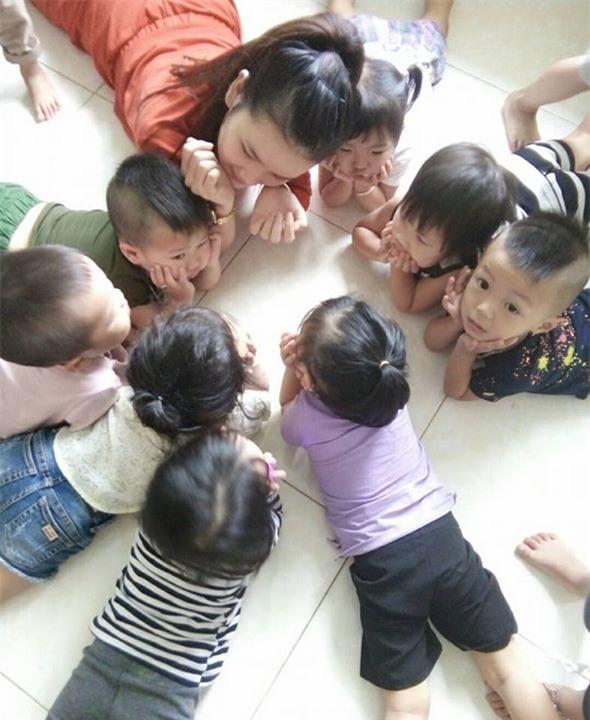 Cô giáo Trần Thị Thu Phượng bên học sinh của mình.