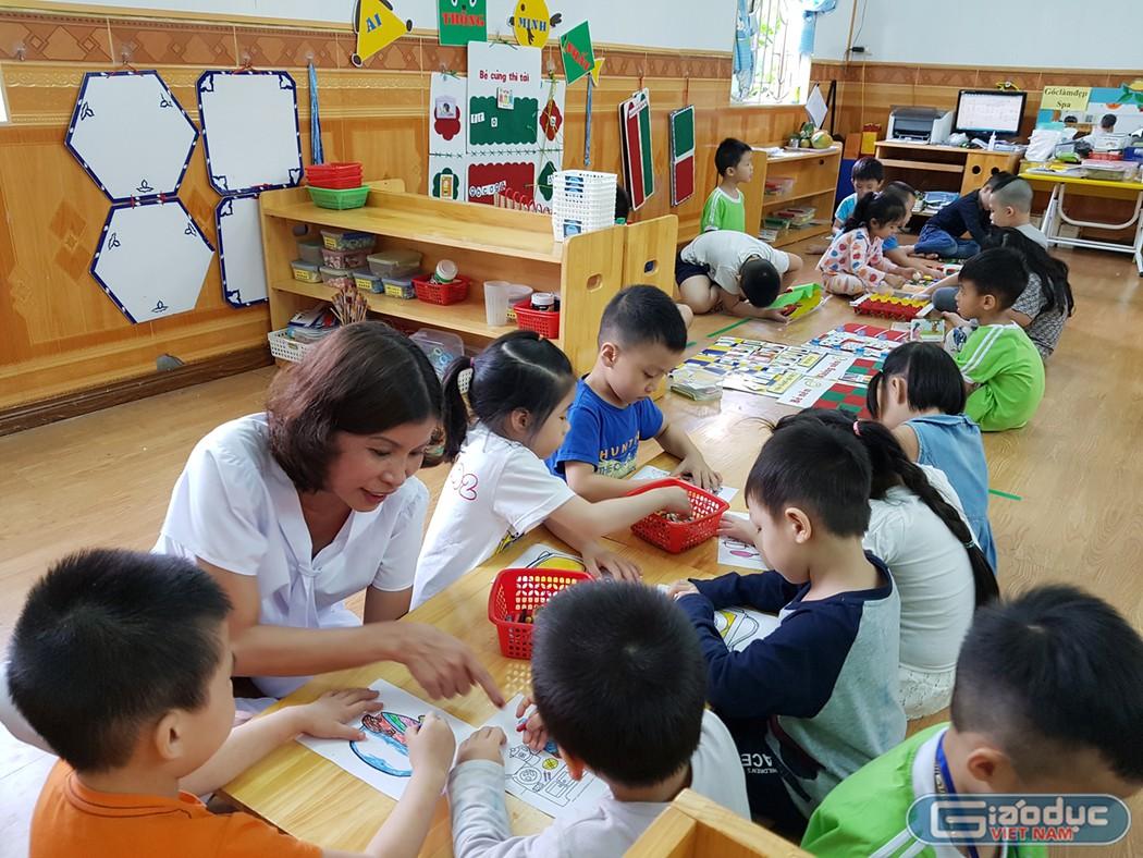 Cô giáo Trần Thị Liên, giáo viên Trường Mẫu giáo Kim Đồng 4 (quận Lê Chân, Hải Phòng) vừa điều trị bệnh ung thư vừa dành tình yêu cho trẻ (Ảnh: Lã Tiến)